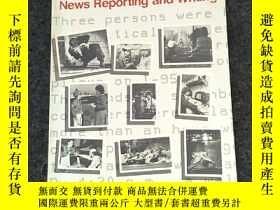 二手書博民逛書店News罕見Reporting and Writing(Thir