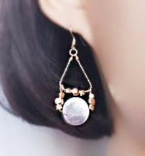 不對稱光澤海貝黃銅垂墜耳環