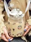 水杯 大號大容量網紅超大杯子女可愛耐高溫吸管杯背帶水瓶便攜水壺【七月特惠】