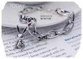 羅蘭達銀飾】 手鍊。925純銀。鍊身單,雙圈環環相扣。硫化復古立體小白兔墜飾造型。童趣的魅力