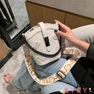 水桶包超火小包包女夏2021新款潮網紅時尚高級側背斜背包百搭爆款水桶包 愛丫