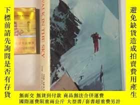 二手書博民逛書店A罕見Walk in the Sky: Climbing Hid