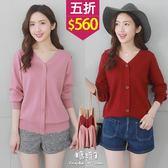【五折價$560】糖罐子純色雙V領造型排釦落肩針織上衣→現貨【E52570】