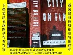 二手書博民逛書店City罕見on Fire 着火的城市Y7957 Garth R