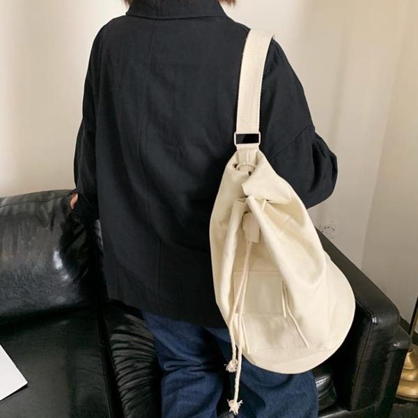 韓國ins早秋2021搭配口袋帆布抽繩水桶包斜背側背大容量男女背包