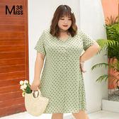 Miss38-(現貨)【A05801】大尺碼短袖洋裝 草綠波點 復古風法式V領 開扣收腰顯瘦 連身裙-中大尺碼