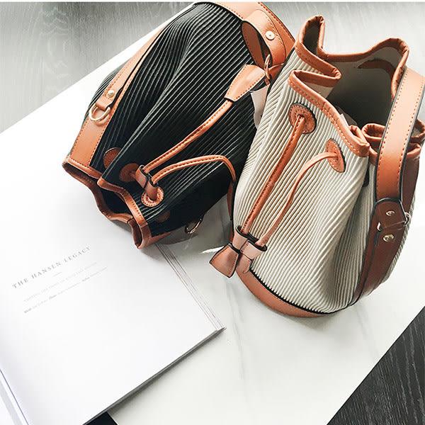 *UOU精品*韓國時尚款復流蘇撞色百搭斜背水桶包條紋側背包‧2色【T028】