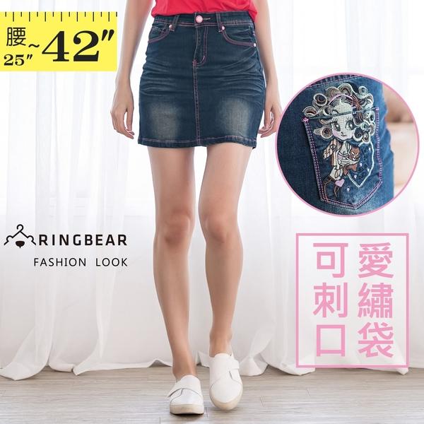裙子--年輕活潑張力撞色車線深藍色系粉紅刺繡娃娃牛仔短裙(牛仔藍S-6L)-Q23眼圈熊中大尺碼