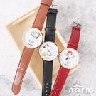 時針及分針採Snoopy的手足設計,描繪出活潑可愛的氣息。簡約皮革錶帶設計,黑色、酒紅、駝棕色3款。