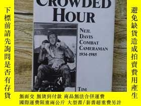 二手書博民逛書店One罕見Crowded Hour:Neil Davis Com