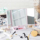 經典菱格造型三折鏡面設計360度旋轉鏡座凹處可放置化妝品等