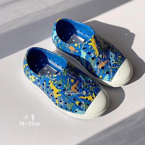 《7+1童鞋》小童 Native PRINT 恐龍樂園 防水 懶人洞洞鞋 涼鞋 6088 藍色