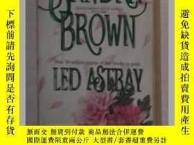 二手書博民逛書店英文原版《罕見Led Astray 》Sandra Brown