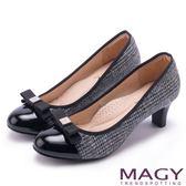 MAGY 氣質首選 雙材質拼接LOGO圓楦中跟鞋-灰色