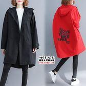 *MoDa.Q中大尺碼*【D6593】氣質排扣後印花連帽造型口袋風衣外套