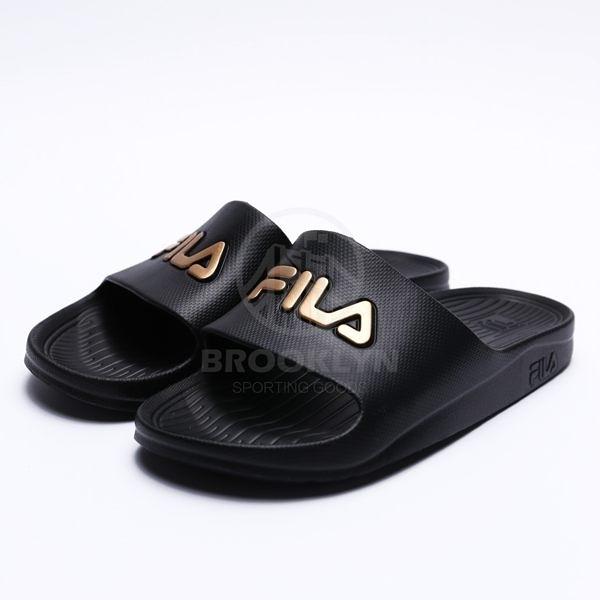 FILA (偏小建議大半號) 黑金 英文LOGO 基本款 防水 拖鞋 男女 (布魯克林) 4S355T009