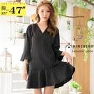洋裝--寬鬆直條紋荷葉邊喇叭袖A字波浪下擺V領短袖連身裙(黑L-3L)-D585眼圈熊中大尺碼