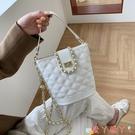 水桶包今年流行包包2021新款潮時尚鍊條斜背包女夏季網紅菱格手提水桶包 愛丫