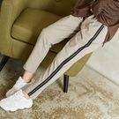 【慢。生活】束帶邊條休閒運動褲 523-3 FREE杏灰色