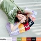 MIUSTAR 正韓-一星期七天英文膠印棉質上衣(共7色)【NJ0794RE】預購