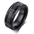 《 QBOX 》FASHION 飾品【RTCR-094】精緻個性車輪凹槽拉絲面黑色拋光鎢鋼戒指/戒環