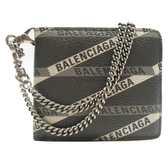 BALENCIAGA 巴黎世家 黑色牛皮圖紋兩折短夾附鏈帶Explorer Wallet Chain【BRAND OFF】