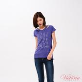 Victoria 貼片刺繡領型變化短袖T-女-V85449(領劵再折)