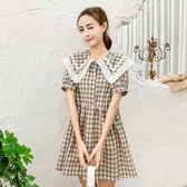VK精品服飾 日系軟甜美娃娃領顯瘦格紋百搭學院風短袖洋裝