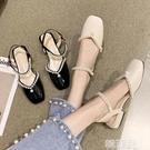 包頭涼鞋 包頭涼鞋女夏季新款方頭漆皮低跟珍珠仙女風一字帶單鞋ins潮 韓菲兒