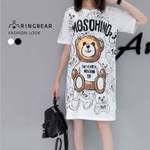 休閒洋裝--可愛滿版熊熊英字印圖圓領短袖開衩下襬長版上衣(白.黑M-3L)-D456眼圈熊中大尺碼