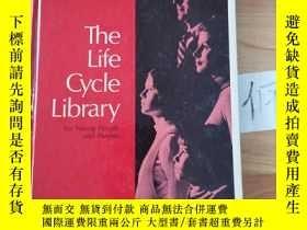 二手書博民逛書店The罕見Life Cycle Library for Young People and ParentsY15