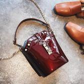 水桶包女時尚漆皮鉚釘手提單肩包韓版鍊條斜背包 俏腳丫
