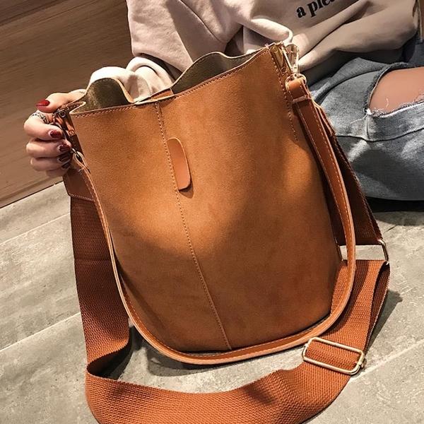 水桶包包包女新款潮韓版百搭斜背側背磨砂大容量時尚休閒寬帶水桶包  新品
