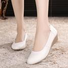 春秋款白色護士鞋女單鞋真皮坡跟牛筋底軟底淺口防滑醫院工作皮鞋 快速出貨