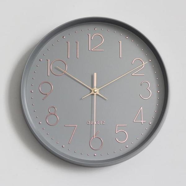 北歐裝飾掛鐘客廳現代簡約靜音家用粉灰12寸掛墻鐘圓形臥室時鐘表