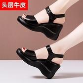 夏新款厚底涼鞋女8cm厚底楔形涼鞋高跟防水臺真皮舒適鬆糕魚嘴鞋 蘇菲小店