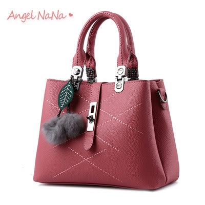 (多有現貨)手提包。AngelNaNa 甜美 毛球吊飾  鎖釦 菱格 女斜背包(SBA0161)