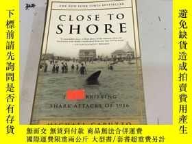 二手書博民逛書店英文原版:Close罕見to Shore: The Terrif