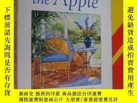 二手書博民逛書店Plucking罕見the apple 《摘蘋果》 英文原版Y8