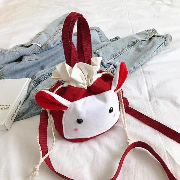可愛包包女新款搞怪丑萌帆布包抽帶水桶包日系簡約少女斜挎包