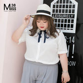 Miss38-(現貨)【A04556】棉布緹花白 附藍絲帶 簡約 百搭 短袖 大尺碼襯衫 上衣- 大尺碼女裝