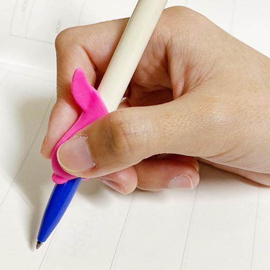 握筆器 握筆矯正器 練習器 學寫字 兒童 學生 鉛筆 筆套 環保 矽膠小魚握筆器【F030-1】生活家精品