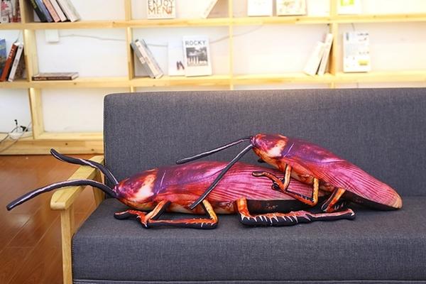 55cm 蟑螂抱枕 仿真 抱枕 整人 恐怖 搞笑 大蟑螂聖誕節交換禮物生日仿真大蟑螂小強抱枕【H00563】