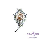 【大東山樑御】彩虹珍珠杏形鑲鑽胸針-孔雀系列