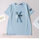 大童 漸層大字母灰藍短T 春夏童裝 男童棉T 男童上衣 男童短袖 男童T恤