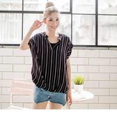 OB嚴選《AB3776-》假兩件式簡約直條紋半開襟下襬立體抓皺反折袖造型上衣