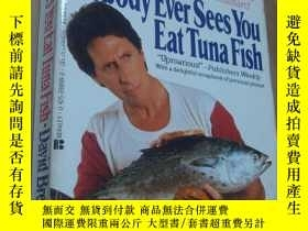 二手書博民逛書店NOBODY罕見EVER SEES YOU EAT TUNA F