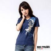 BIG TRAIN 飄帶鯉魚V領女款T-女-深藍