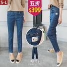 【五折價$399】糖罐子釘釦口袋造型車線布標縮腰單寧長褲→藍 預購(S-L)【KK7418】