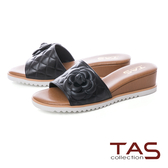 TAS 立體花朵拼接壓紋楔型涼拖鞋-實搭黑